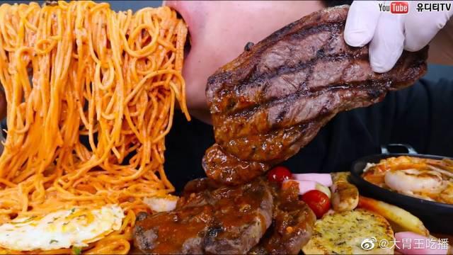 戏精小哥今天吃虾仁玫瑰意大利面、上等牛排和意大利烩饭!