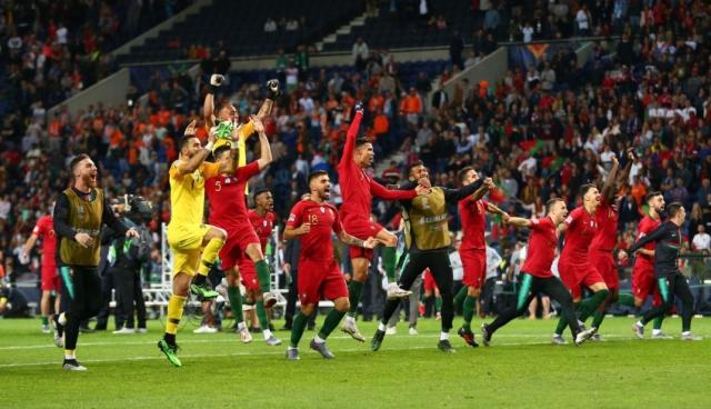 在球队困难的时分,C罗寻求进球的机遇,而梅西却选择了扔掉
