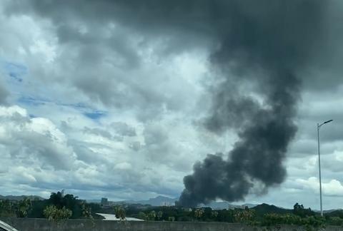 聚焦佛山乐从镇物流园大火:浓烟遮蔽半个天空,家具和轿车被引燃