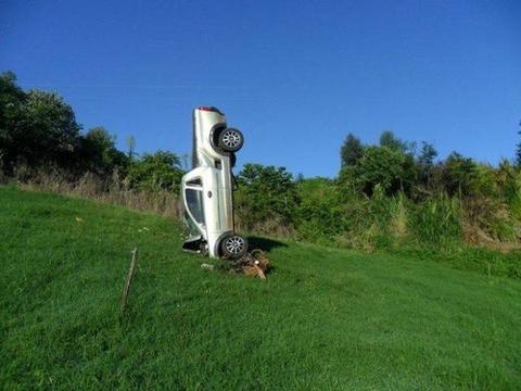 女司机下车小解,几分钟后听到巨响看到爱车直立草丛,笑完再哭!