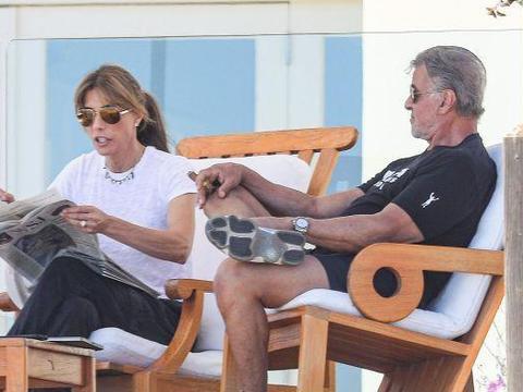 """史泰龙拿雪茄翘二郎腿,气势威武有型,真的是太有""""大佬范""""了"""