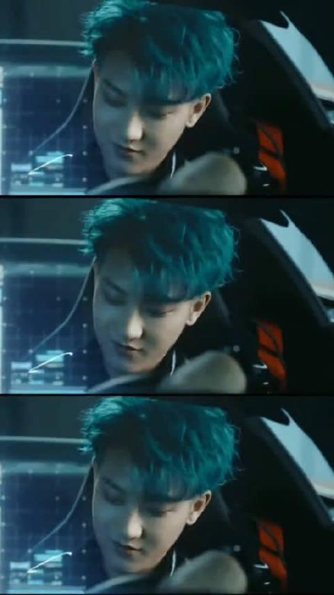 黄子韬蓝发真帅,潮流款的色系加上这犀利的眼神,谁能不喜欢!