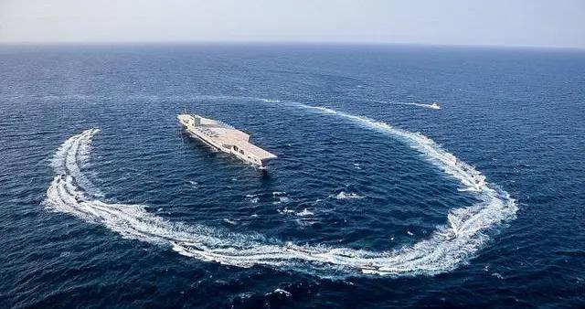 再次警告美国!大批伊朗导弹破地而出,精确击沉多艘战舰