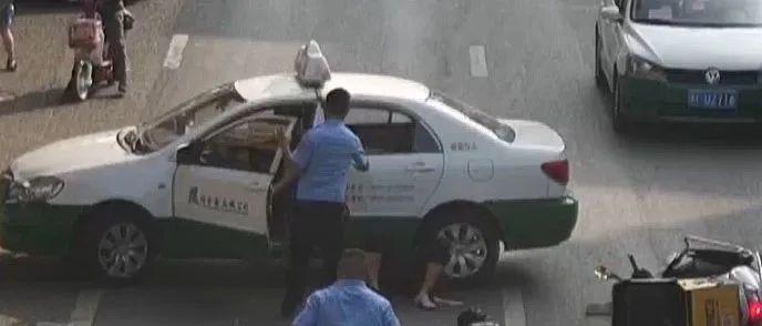 生死时速!司机被卷车底 ,交警一声呼喊,十几人秒速集结救援!