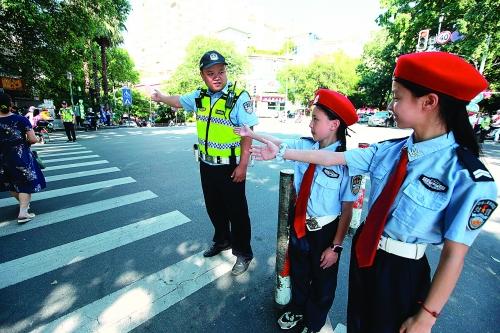 倡导交通文明社会各界志愿者在行动