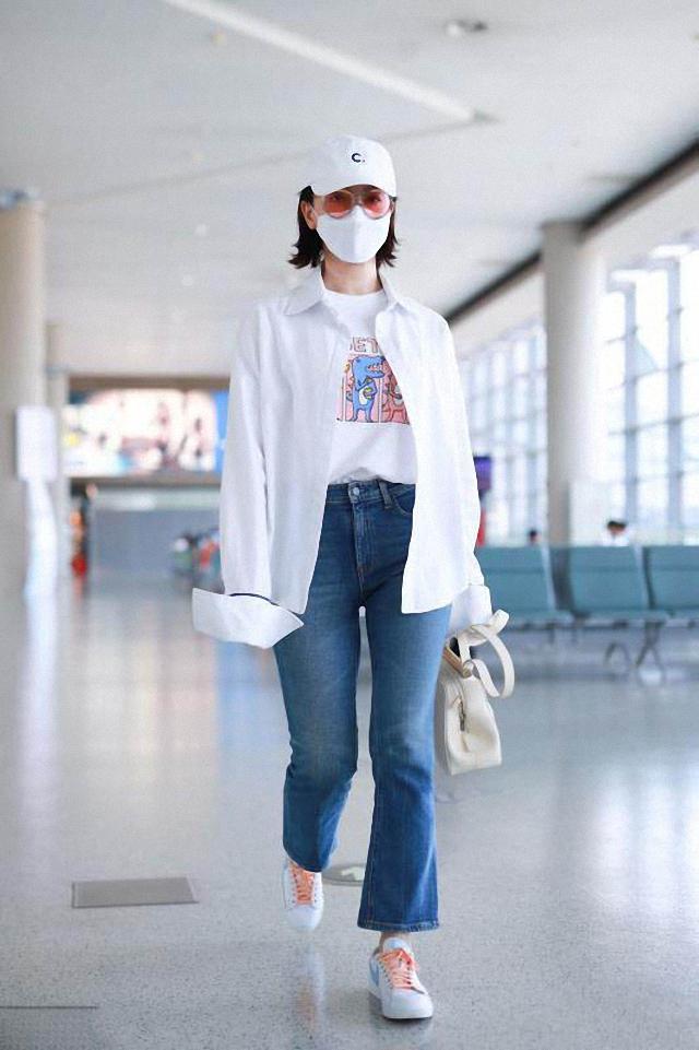 43岁陈数太会穿,白衬衫配微喇裤,减龄又高级,中年女人照着穿