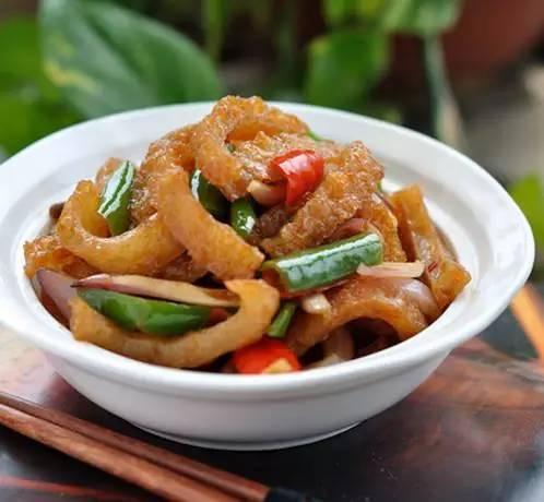 美食精选:凉拌紫甘蓝苦菊、辣炒猪皮、木耳炒莴笋、黑椒杏鲍菇