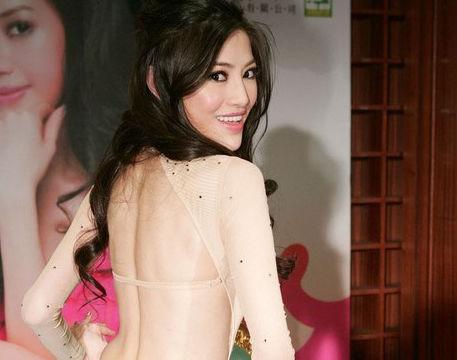她是超级辣妈吴玟萱,晒照尽显姿态,丝毫不输年轻女星!