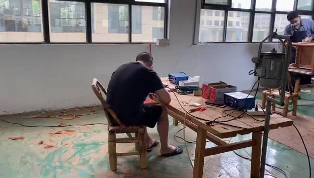 雕刻才是我的老本行。做家具,当木工,其实是我的副业