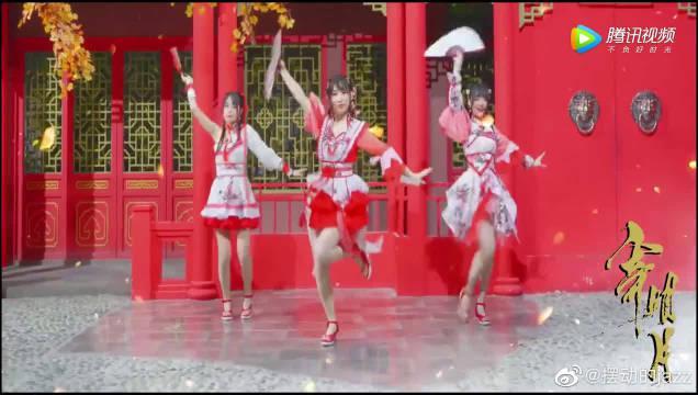 宅舞美女翻跳中国风舞蹈《寄明月》……
