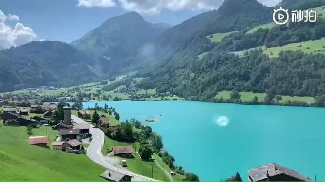 瑞士因特拉肯东侧的布里恩茨湖,因为颜色特殊,被称为上帝的眼睛