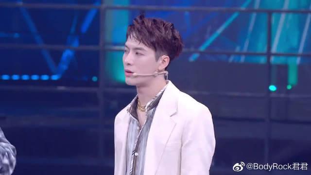 王嘉尔夸队长好看三连,钟汉良被选手感动到落泪