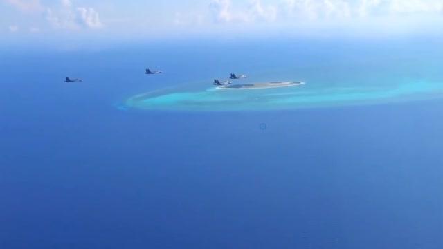 解放军苏-30挂弹飞抵南海岛礁,长途飞行达10小时……