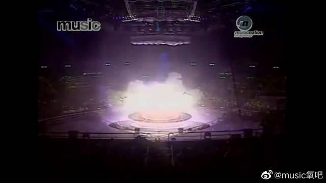 梅艳芳最惊艳的现场表演之一,这一身烈焰红装太霸气……