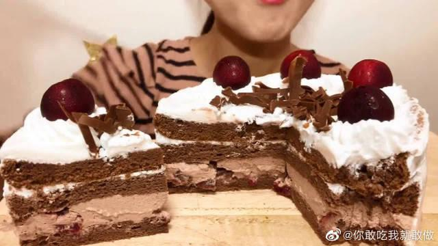 吃自制黑森林水果蛋糕,小姐姐穿的也像黑森林蛋糕哈哈哈哈