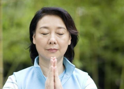 63岁的老太太爱上了整容手术,看上去他三十多岁了,丈夫:离婚