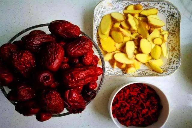 冬吃萝卜夏吃姜,在家熬出一杯姜枣膏,暖胃滋补还养颜