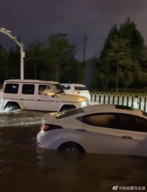 视频:奔驰大G的霸气,当马路被水淹,它开了出来!