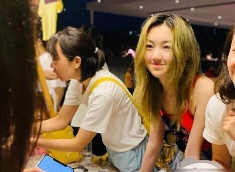 王菲女儿黄发红衣摆地摊,黄磊女儿染发打耳洞,被批是问题少女