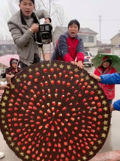 锯开1000斤巧克力水果拼盘吃货张磊吖农村孩子王