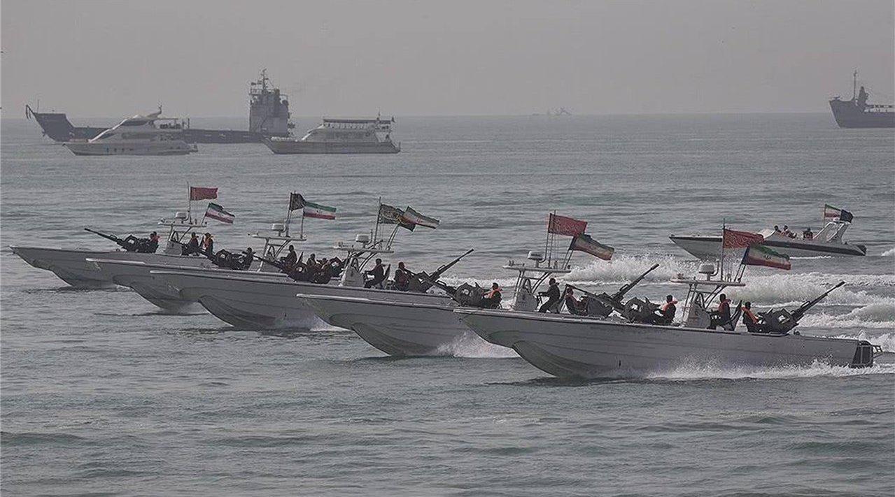 客机遭拦截后伊朗愤怒了,美卫星拍到中东航母出港,大批快艇跟随
