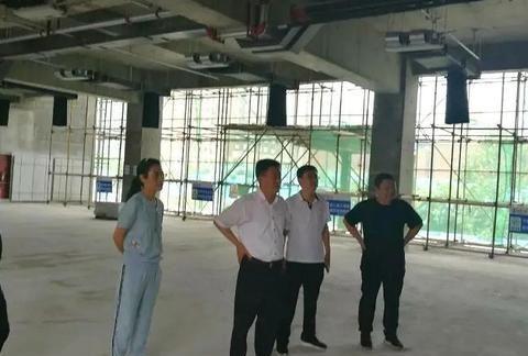 河南省辉县市市委书记视察督促文化广场建设!