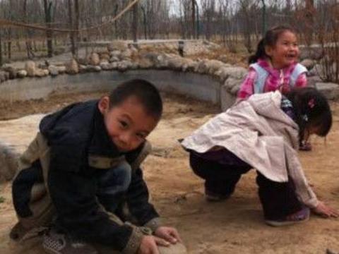 男孩天天玩泥巴展现天赋,父亲看到后欣慰不已!