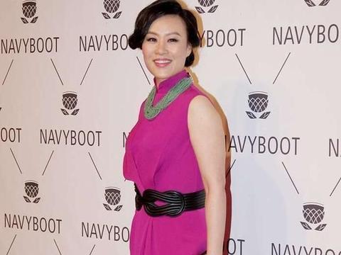 """54岁邬君梅不见老,穿玫红色旗袍戴绿色玉串,""""女总范""""十足"""
