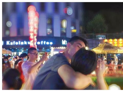 中国女排前国手疯狂撒狗粮,夜色中与男友拥吻,简直不要太甜蜜