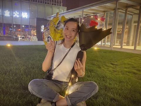 32岁女排国手美出天际!手捧鲜花外出游玩,得到郎平和陈忠和青睐