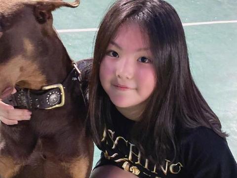 王诗龄和the9成员合照,脸比孔雪儿大一圈,我却注意她的小细腿