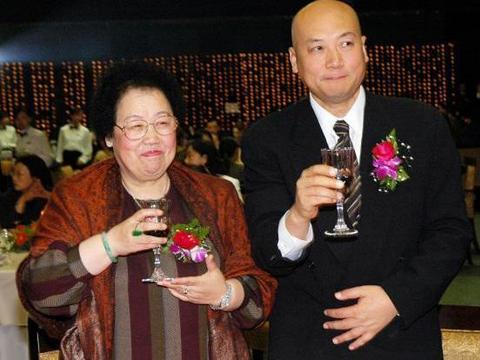 """78岁陈丽华""""富态""""也很美,穿条纹裙配紫檀色披肩,贵气范儿十足"""