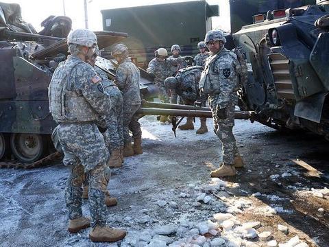 美军突然开打,俄军车顶翻美装甲车,俄卫星发射导弹引发美担忧?