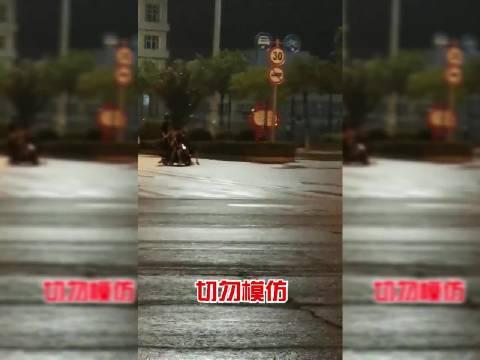 陵川县南关体育场7个人同骑一辆摩托车……