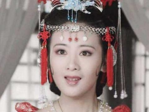 和黄奕同日结婚,二婚的她被小狼狗宠上天