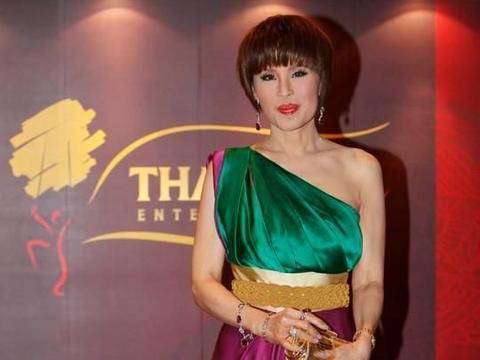 67岁泰国最美公主乌汶叻,穿花衬衫搭背心出席活动,娇俏宛如少女