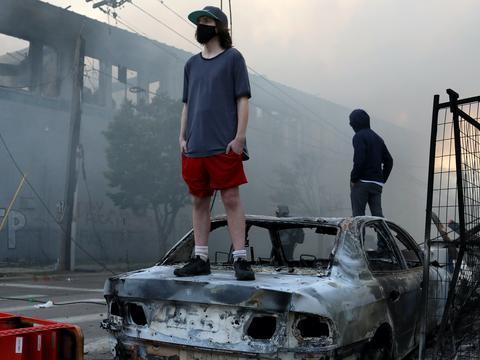 美国暴动始发地损失惨重:3500栋房屋被烧毁,经济已倒退到50年前