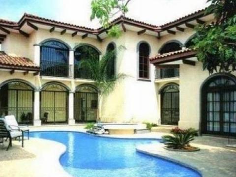 带大家看看王菲的豪宅,独栋别墅自带泳池,居住环境一流的
