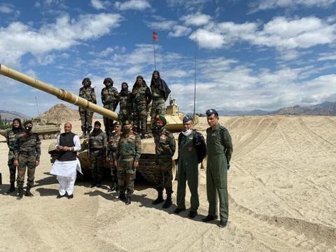 印度防长突访拉达克地区,5000名伞兵集结搞军演,拿出大打的气势