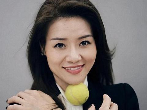 38岁李娜登时尚杂志,复古穿搭显出优雅气质,生二胎后更有女人味