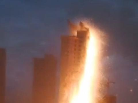 沈阳高层建筑被雷电击中冒出大量火星