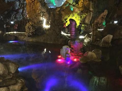 贵州安顺最冷清的景点,迎面一股凉气,洞内景观很奇特