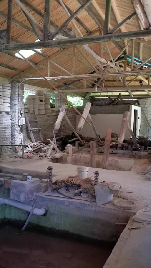 昨天在景德镇的三宝陶瓷遗址山里面看到了这个小的瓷土加工厂