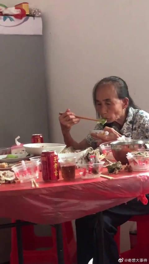 有多少同款母亲,客人吃的时候在炒菜端菜……