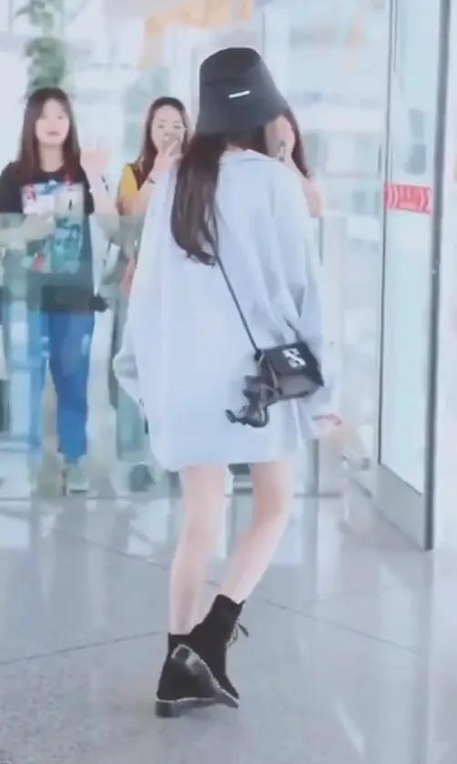 杨幂机场被路人关滤镜抓拍,当她转身看清腿,再也不羡慕你90斤了