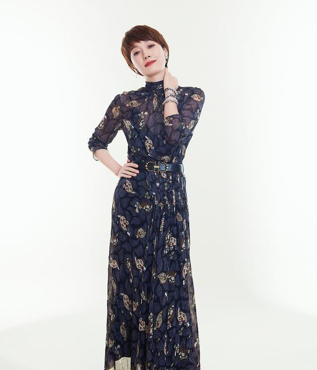 """马伊琍衣品再""""升级"""",藏青色印花裙优雅有型,中年穿出好气质"""