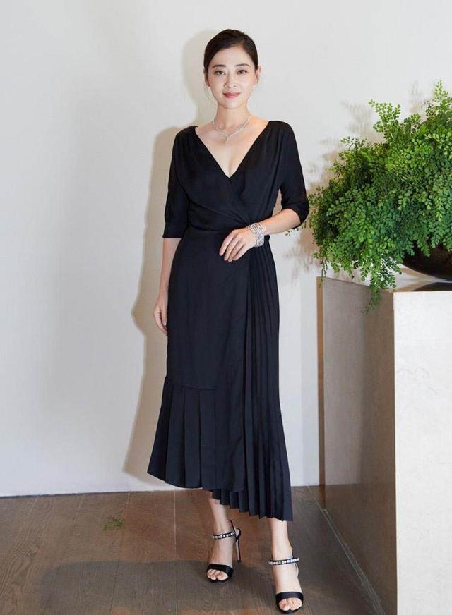 梅婷在国外旅游罕见秀好身材,穿丝巾拼接衬衫裙,时髦吸睛又优雅
