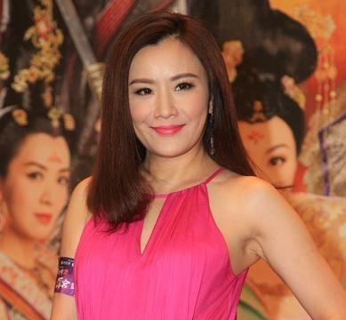 张文慈很有贵妇气质,穿一条玫红色连衣裙时髦大气,女人味十足
