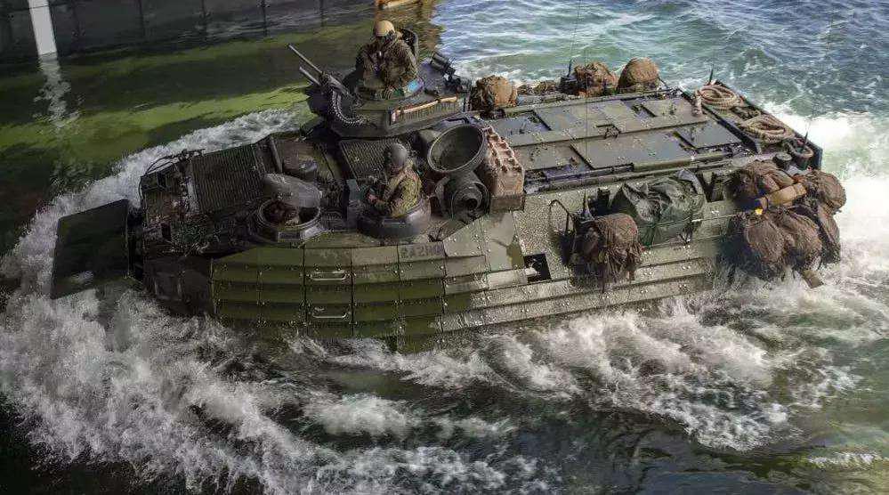 美两栖突击车舱内大量进水,8名队员下落不明,营救十分困难