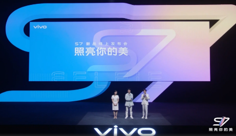 vivo S7正面搭载了一块6.445英寸20:9的OLED全面屏